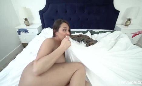 Черный снимает POV-видео с сексом с белой партнершей
